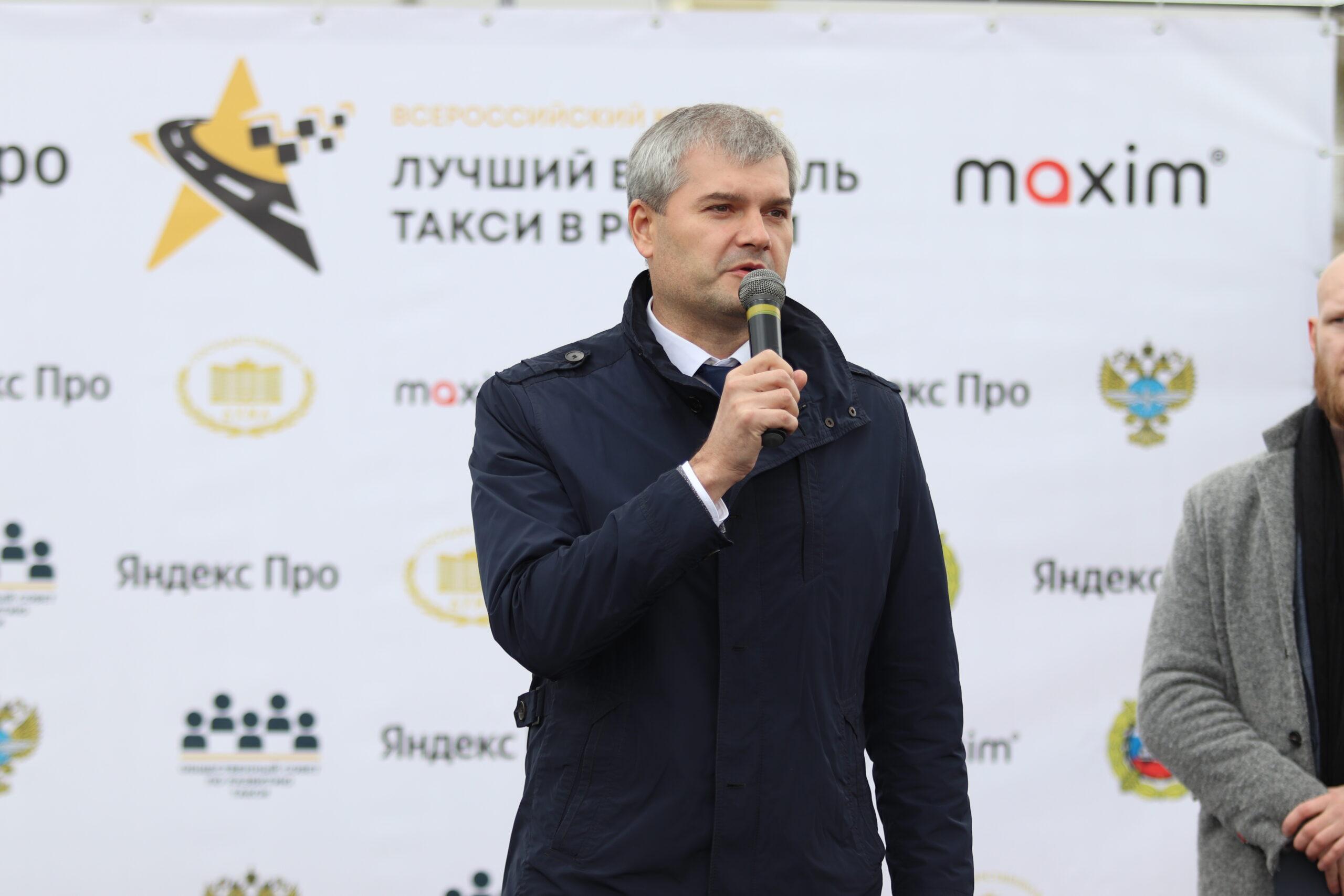 Министр транспорта Кемеровской области поздравил лучших водителей такси